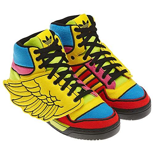 01d303f7ed8e7 Jeremy Scott nie boi się przekształcania butów w maskotki i pluszaki,  dodaje im skrzydła, eksperymentuje z kolorami – zdawałoby się, że jego  propozycje będą ...